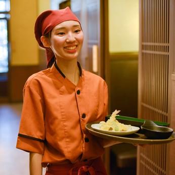 お客様が心地よく食事ができるように意識を向けるホールスタッフ。日常生活でも気遣い上手に成長できます!